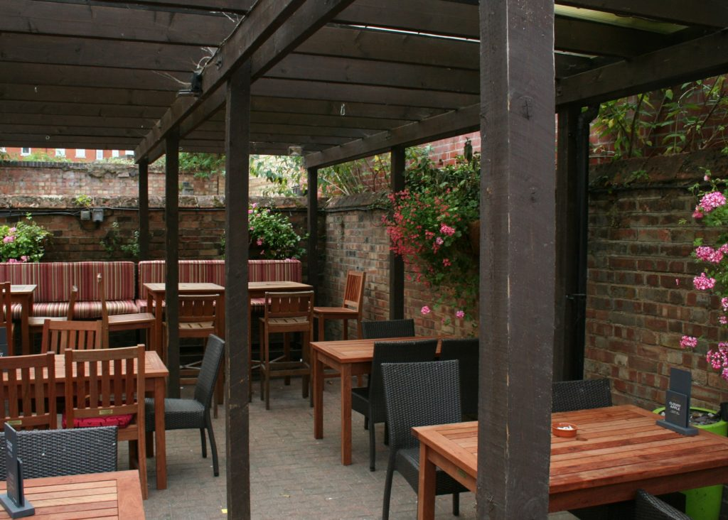 Kings Arms Pub bury St Edmunds sunny beer garden alfresco drinking and dining tables